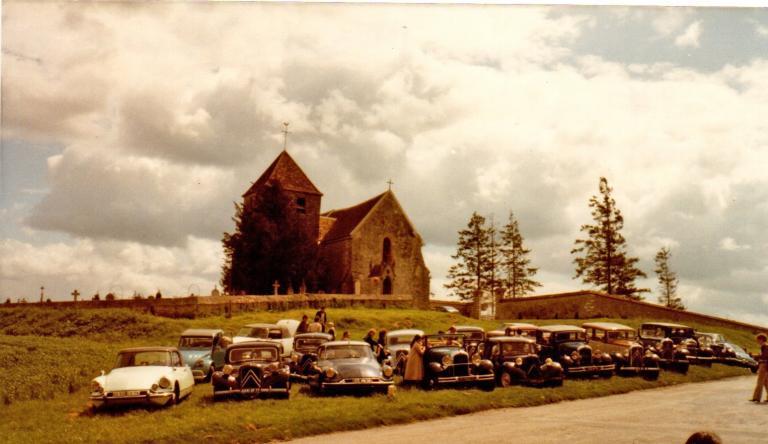 1981 Forêt de Fontainebleau, pause à l'Eglise de la Genevraye